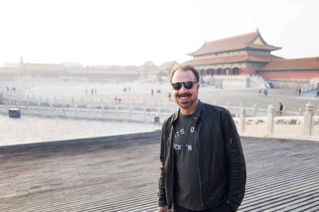 jr2_11_edward-zwick-visits-the-forbidden-city_beijing_china_lucian-capellaro_getty-image
